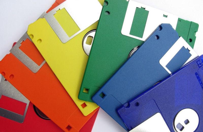 Kasetti  voi sisältää arvokkaita tiedostoja, mutta se voi myös hajota ajan kanssa. Kasetti on magneettinen tallennuslaite, joka on tehty halvasta muovista ja se ikääntyy suunnilleen samalla tavalla kuin värivalokuva.